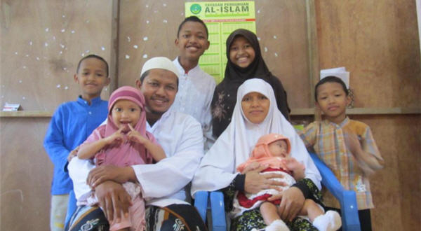 Sekelas Anggota Dewan Keluarga Ini Nyaman Tinggal Dirumah Kontrakan Papan yang Sering Bocor