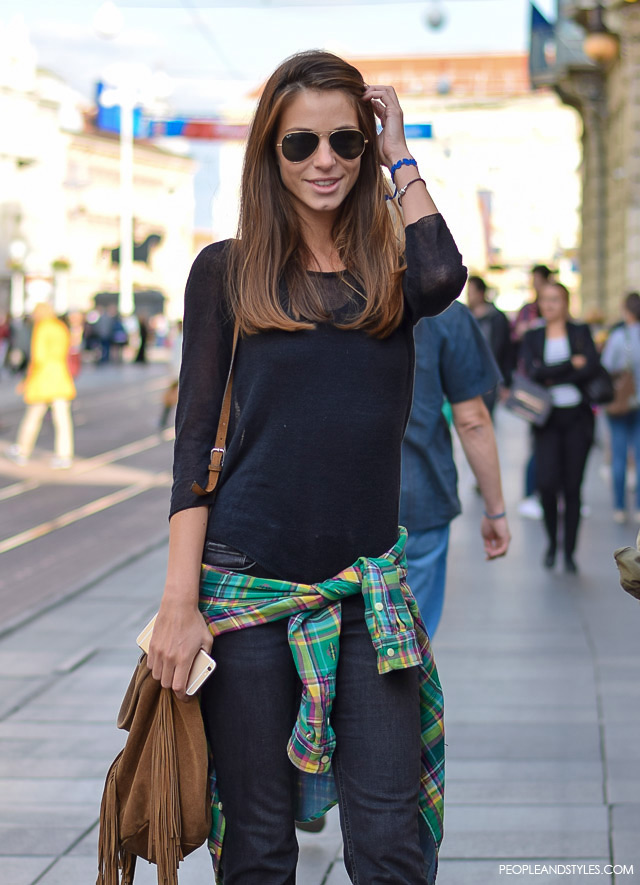 what to wear with flared jeans in the summer. Za dobar casual stajling potrebne su vam crne trapez traperice. Street style fashion: Petra Vladimir, rujan 2015. Zagreb by peopleandstyles.com