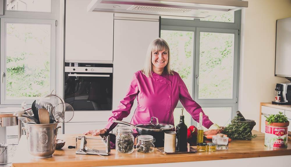 Brigitte Herde dans sa cuisine