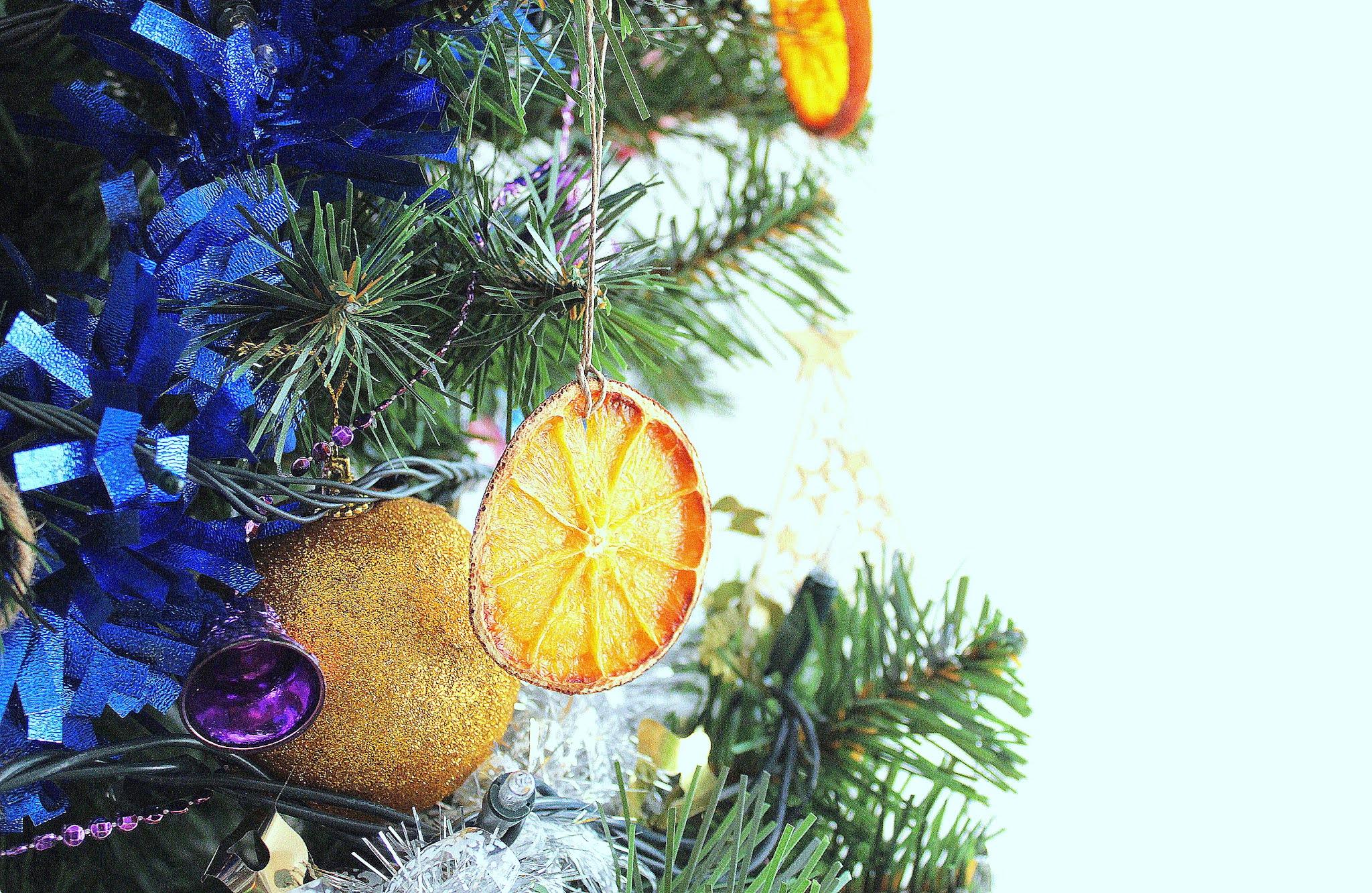 Suszone poimarańcze jako ozdoba choinkowa