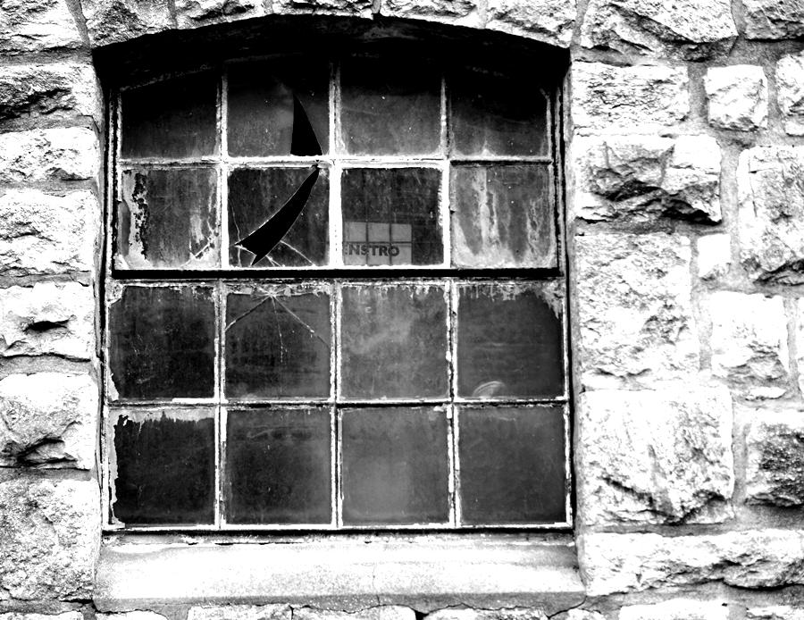 Blog + Fotografie by it's me! - fim.works - Magische Mottos - Strukturen & Rhythmen - SchwarzWeissBlick No 2 - zerbrochene Fensterscheibe, Bruchsteinwand
