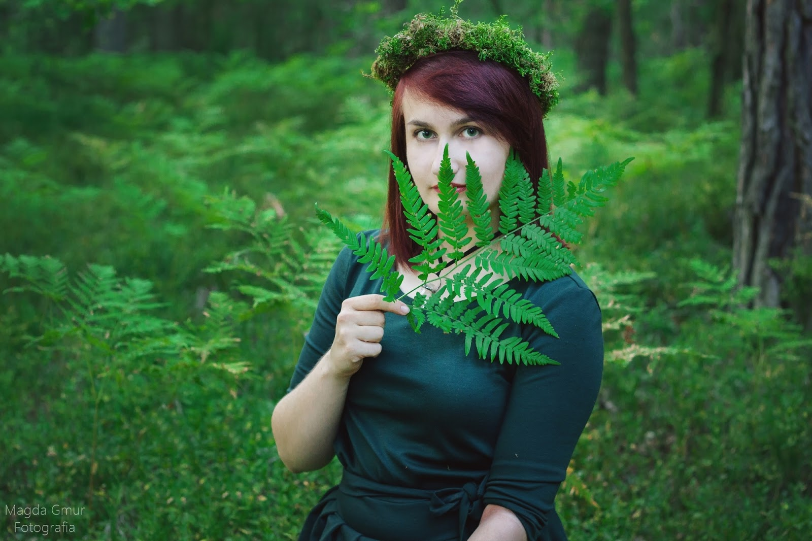 Sesja w lesie, zieleń, rogi jelenia sesja, rogi sesja, paprocie