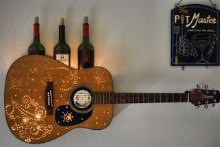 Estantería lámpara elaborado con guitarra