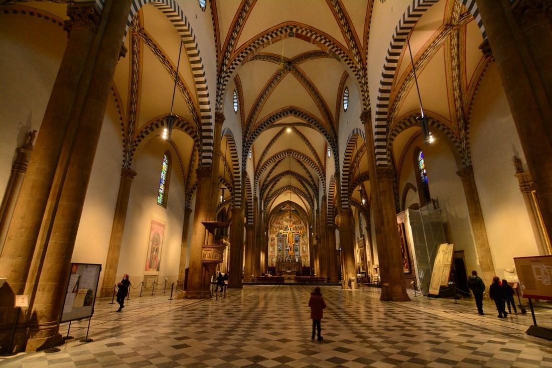 Nef de Santa Maria Novella avec le crucifix de Giotto au fond.