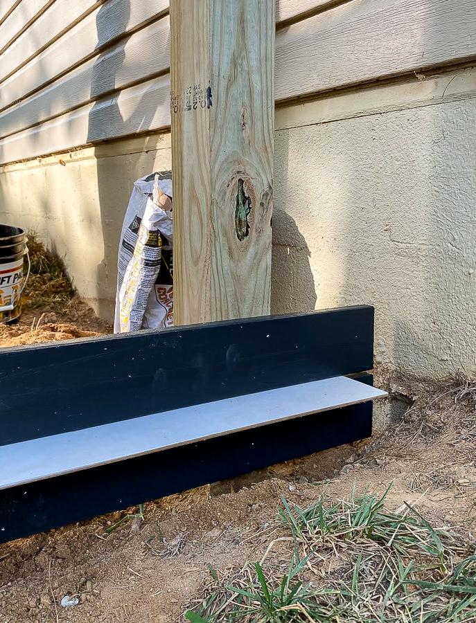Spacer in between horizontal boards