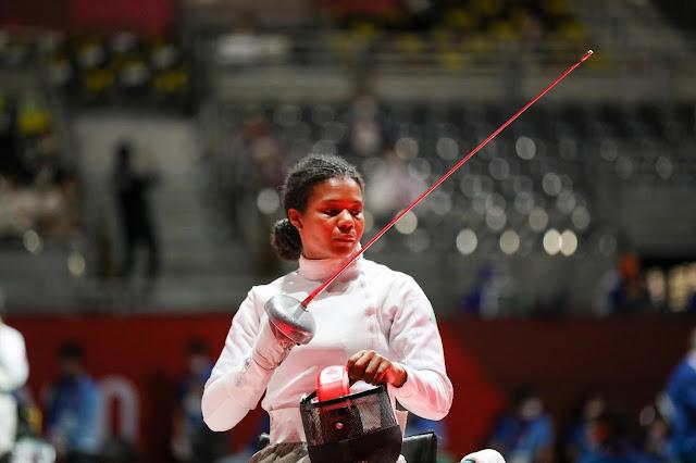 Carminha Oliveira segura espada em Paralimpíada