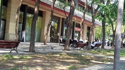 Usuaris d'Aviparc asseguts davant del Centre