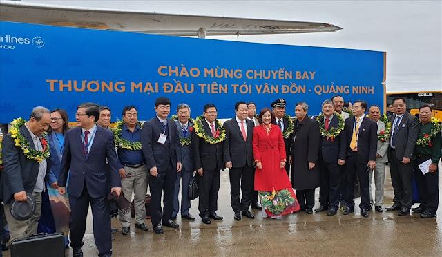 Những vị khách đầu tiên trên chuyến bay nội địa tới Vân Đồn