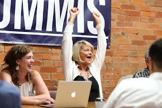 辛西娅·鲁米斯(Cynthia Lummis)庆祝她的胜利。