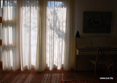 Ventana con cortina en un cuarto de huéspedes