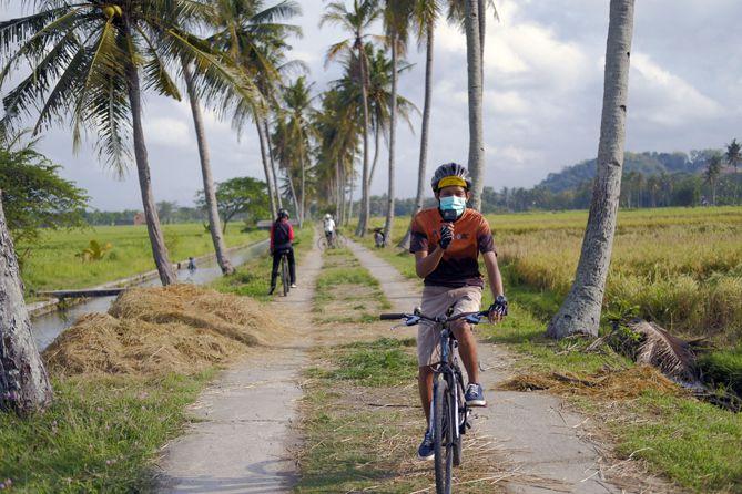 Bersepeda menyusuri jalur di Moyudan