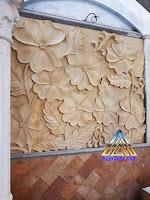 ukiran relief gambar bunga yang besar dibuat dari batu alam paras jogja atau batu putih gunungkidul