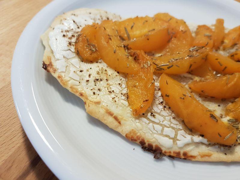 Fladenbrot mit Ziegenfrischkäse, Aprikosen und Rosmarin