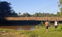 Kayu Penahan Tali Seling Rapuh, Jembatan Gantung di Kiungkang Miring dan nyaris Roboh