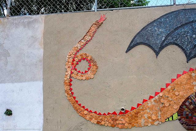 O Dragão - mosaico em muro de escola - detalhe do rabo do dragão
