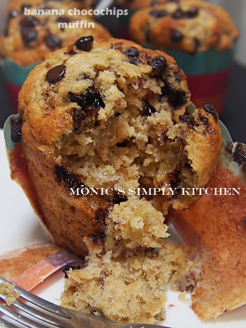 banana chocolate chips muffin
