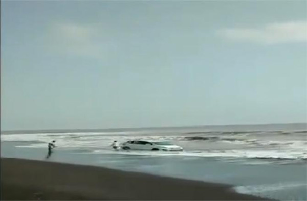 Video: Car stuck in beach sand is rocked by strong waves, passengers manage quick escape, Mumbai, News, Video, Police, Car accident, Sea, Passengers, National, Humor