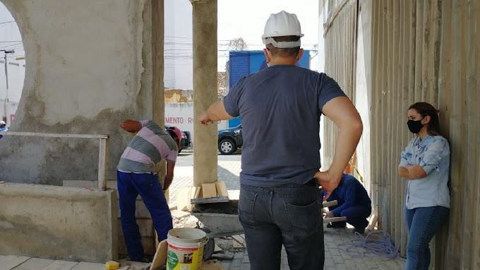 Obra do Teatro Municipal de Patos:  Vereador apura denúncia e pede melhor qualidade  do piso e revestimento.