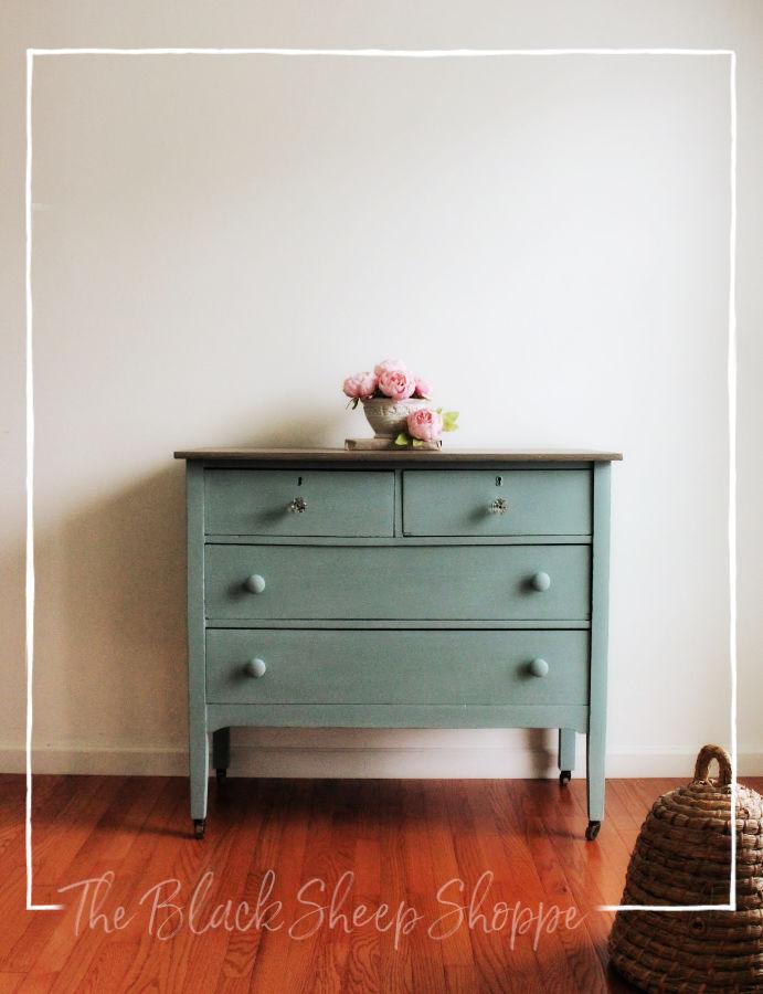 Vintage 4-drawer dresser.