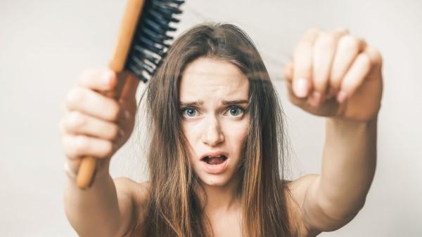 Saçların Dökülmesinin 10 Sebebi