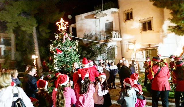 Με κάλαντα από όλο τον κόσμο η φωταγώγηση του Χριστουγεννιάτικου δέντρου στο Τολό
