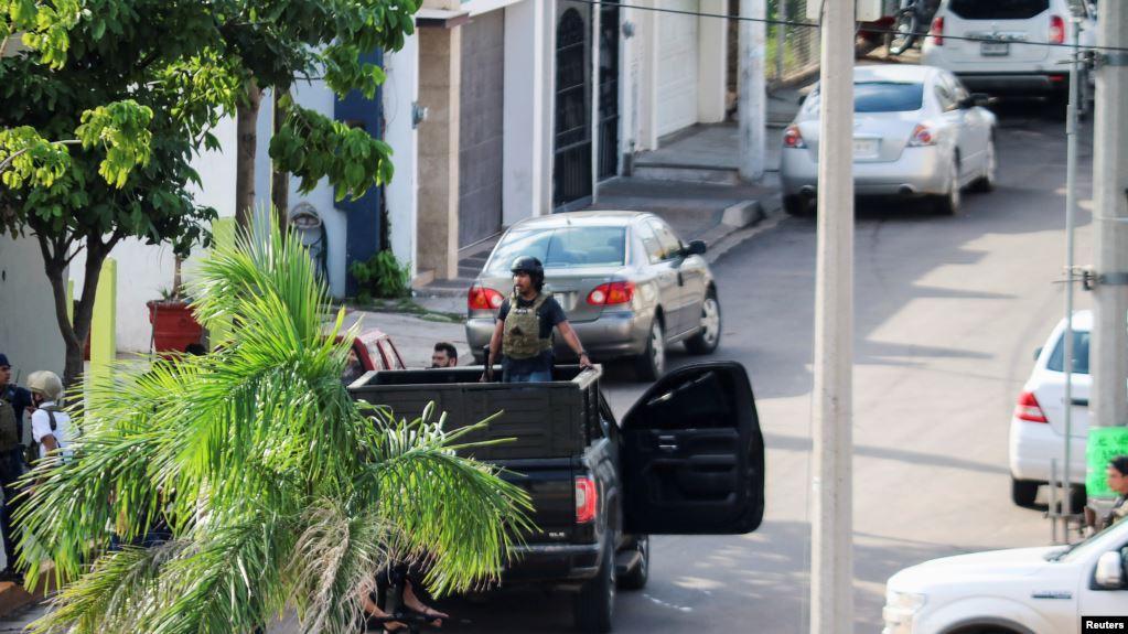 Hombres armados durante enfrentamientos con las fuerzas federales tras detención de Ovidio Guzmán, hijo del narcotraficante Joaquín