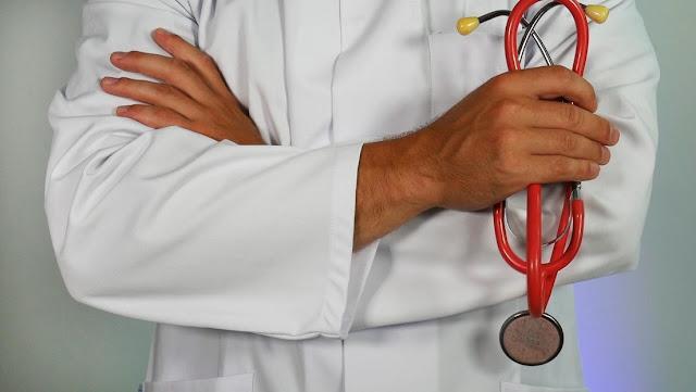 Acusan a un médico estadounidense de 3 homicidios involuntarios por trabajar mientras estaba drogado