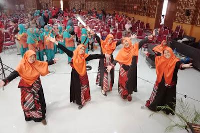 Cantiknya 'Cik Gu' Dalam Balutan Busana Batik