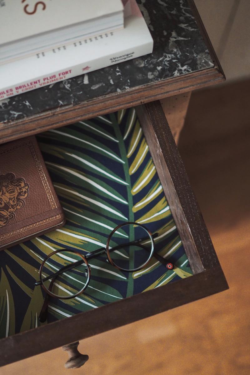 un tiroir avec du papier peint