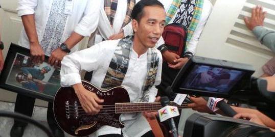 Pemberian Bass Personil Metallica, Jokowi Jadi Perhatian Media Internasional