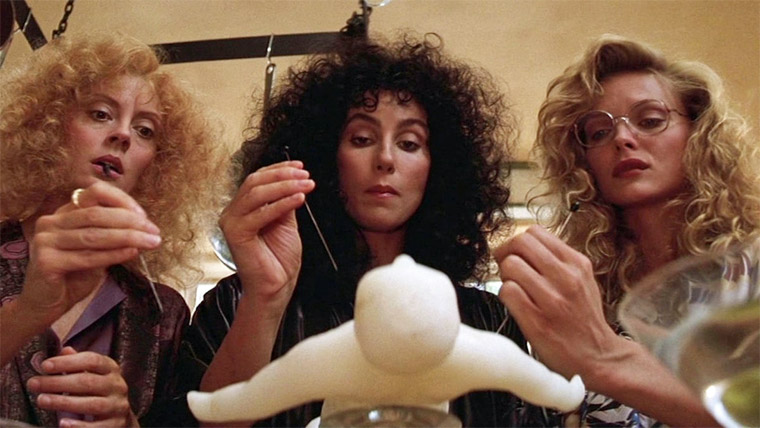 Susan Sarandon, Cher und Michelle Pfeiffer in DIE HEXEN VON EASTWICK (George Miller, 1987). Quelle: Screenshot Warner Blu-ray (skaliert)