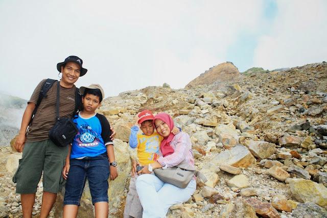 Berfoto bersama keluarga di pinggir kawah Gunung Papandayan..