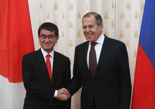 Sergei Lavrov dan Taro Kono