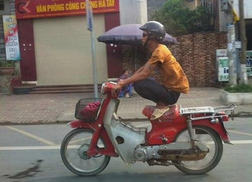 Ảnh hài hước về đàn ông: Đi xe kiểu khỉ