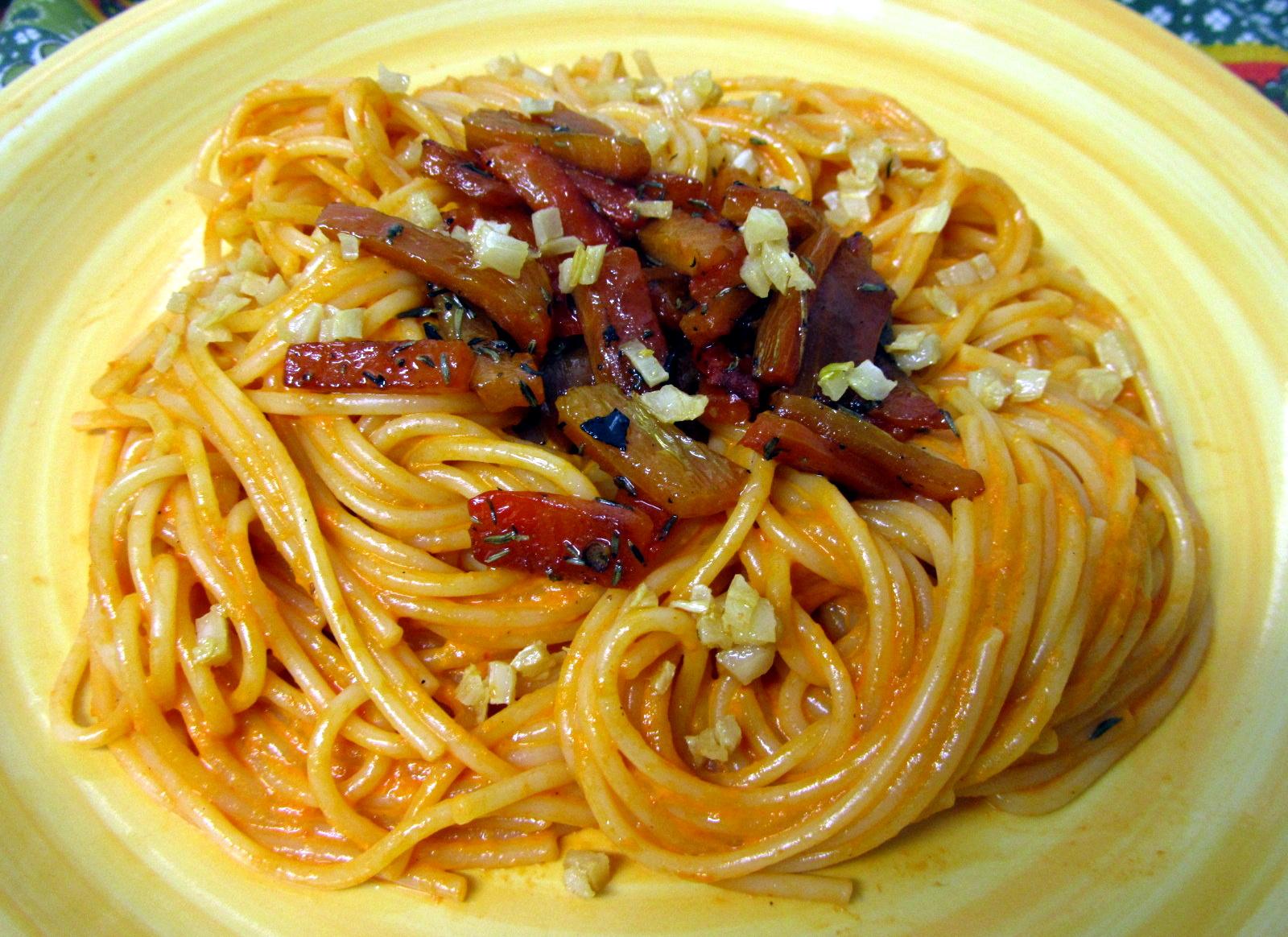 Cocina con luz verde espaguetis con crema de pimiento y for Espaguetis para dos