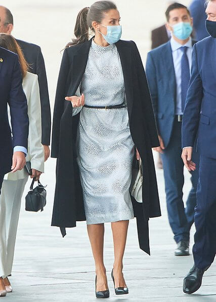 Queen Letizia wore a printed didi dress by Cherubina, and black pumps by Manolo Blahnik. She carries awhite leather shoulder bag by Furla