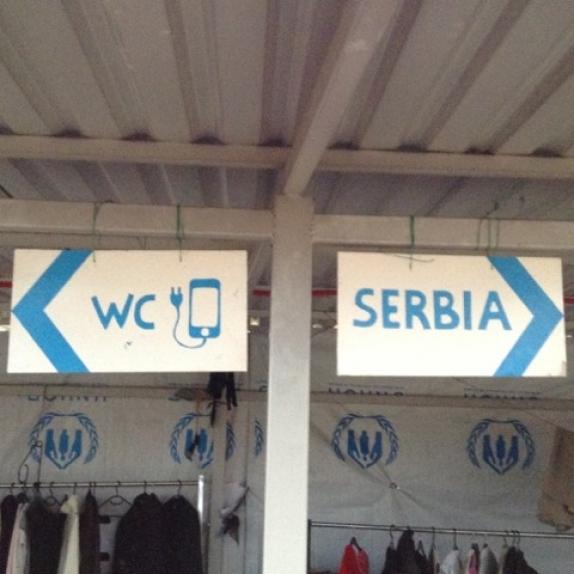 Bild des Tages - Wegweiser im Flüchtlingscamp Gevgelija