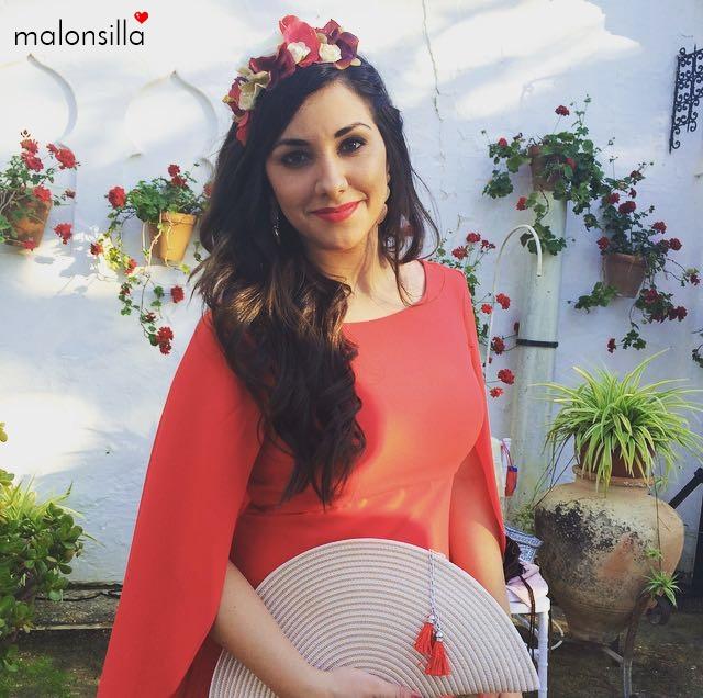 Chica con diadema de flores en rojo y burdeos, vestido rojo y bolso abanico en crema by malonsilla