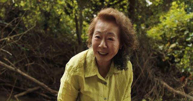 Youn Yuh-jung como Soon-ja. Foto de A24.