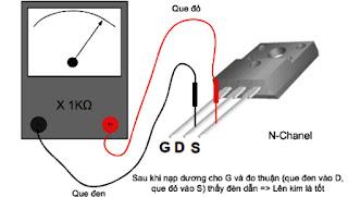 Hình 25 - Sau khi nạp dương cho G và đo thuận (que đen vào D que đỏ vào S) thì đèn phải dẫn => lên kim là tốt.