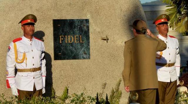 Batu besar itu tak dihiasi apapun, kecuali sebuah plakat marmer hitam bertuliskan nama 'Fidel'