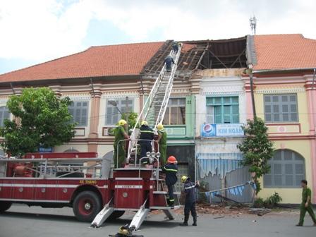 Phần mái lợp ngói ngôi nhà cổ bị đổ sập đang được các cơ quan chức năng xử lý