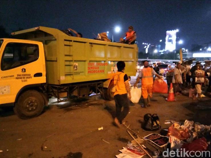 Massa Penolak Perppu Ormas Bersihkan Sampah Usai Aksi