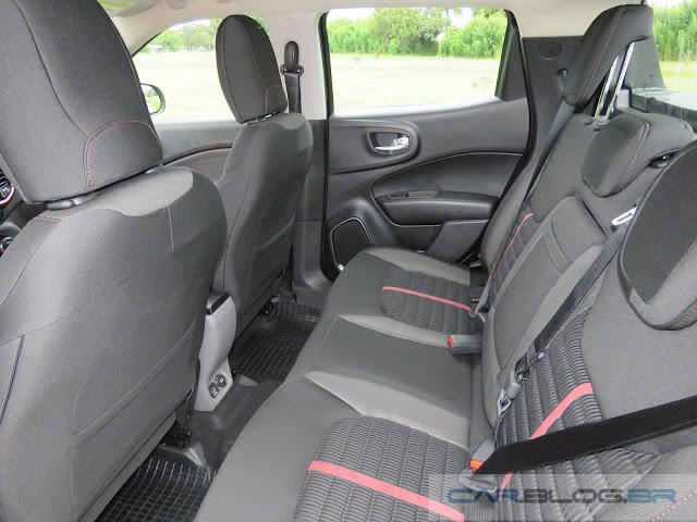 Fiat Toro 1.8 Flex - espaço traseiro