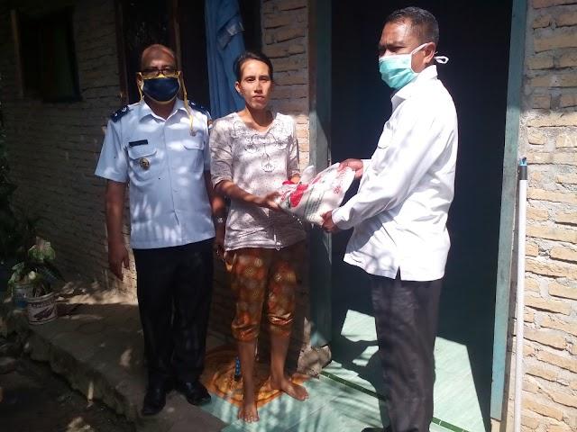 Wakil Bupati Kabupaten Serdang Bedagai serahkan bantuan beras