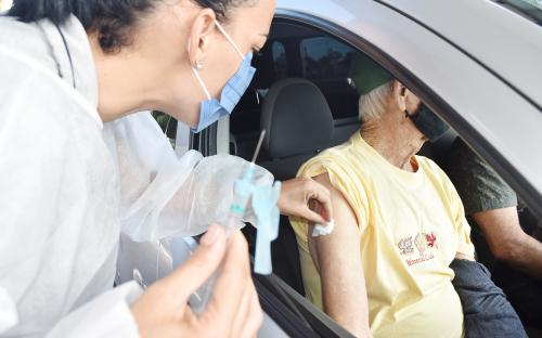 Secretaria de Saúde pede que pacientes idosos procurem a vacina