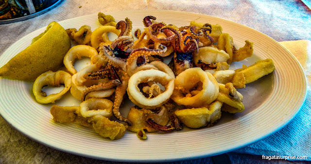 Comer na Grécia: lulas fritas servidas na Ilha de Sými, Dodecaneso