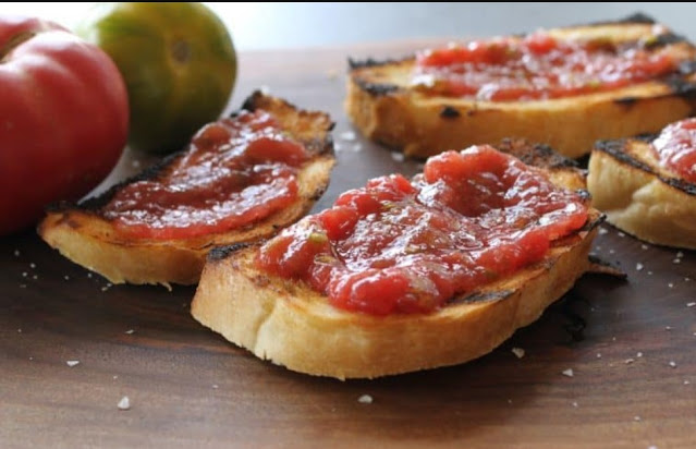Grilled Bread with Tomato Dip