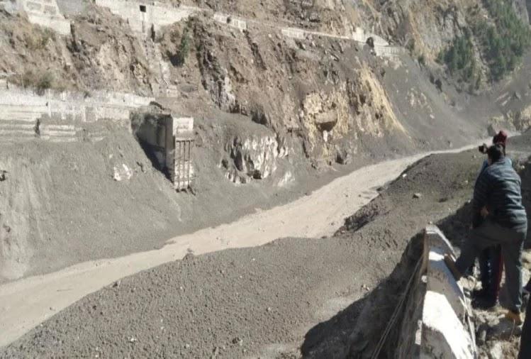 चमोली में ग्लेशियर फटने के बाद धौली नदी में मलबा