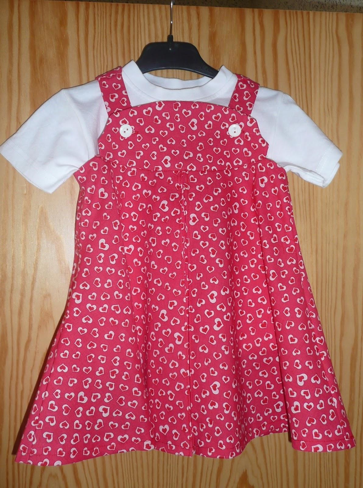 28f915250c934 ... taille 2 ans dans une agréable cotonnade rouge-framboise avec des  petits cœurs blancs. J ai trouvé ce tissu au marché du tissu à Luxembourg.